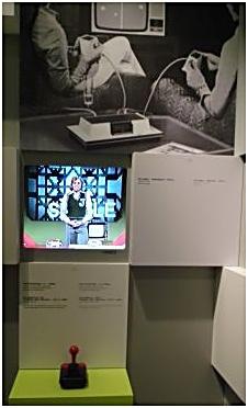 Thomas Gottschalk präsentiert in einem Video das Spiel Pong im Computerspielemuseum Berlin Computerspielemuseum Berlin